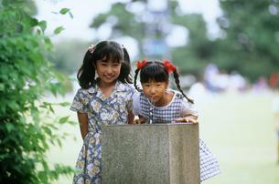 水飲み場で水を飲む少女たちの写真素材 [FYI00496499]