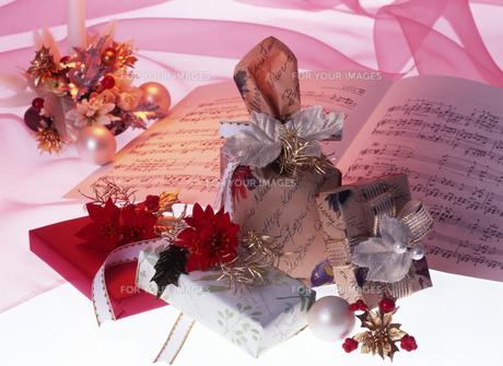 クリスマスプレゼントと楽譜の写真素材 [FYI00496626]