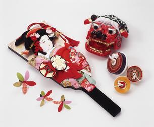 羽子板と獅子舞と独楽の写真素材 [FYI00496729]