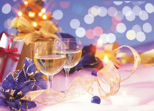 クリスマスのグラスとリボンの写真素材 [FYI00496809]