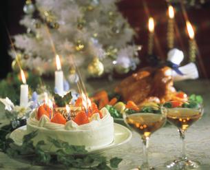 クリスマスケーキとグラスの写真素材 [FYI00496814]