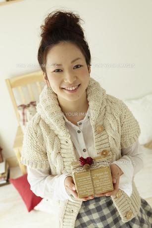 クリスマスプレゼントを持つ女性の写真素材 [FYI00496878]