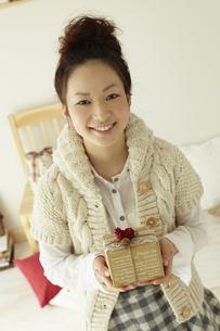 クリスマスプレゼントを持つ女性の素材 [FYI00496878]