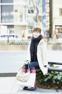 冬のショッピング女性の写真素材 [FYI00496896]