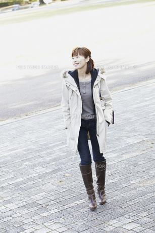 コートを着た女性の素材 [FYI00496897]