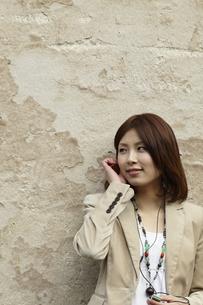 音楽を聴く女性の写真素材 [FYI00496916]