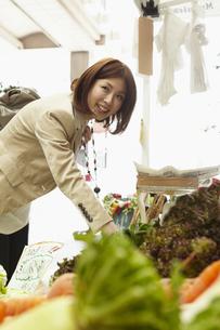 野菜を選ぶ女性の写真素材 [FYI00496922]