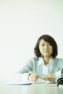 勉強をする女性 宮城県仙台市の写真素材 [FYI00496936]