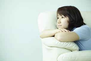 ソファでくつろぐ女性 宮城県仙台市の写真素材 [FYI00496939]