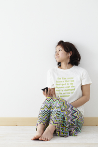 音楽を聴く女性 宮城県仙台市の写真素材 [FYI00496943]