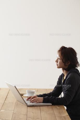 ノートパソコンを操作する女性 宮城県仙台市の素材 [FYI00496955]