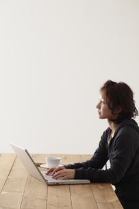 ノートパソコンを操作する女性 宮城県仙台市の写真素材 [FYI00496955]