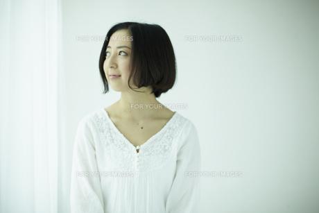 上を見る女性 宮城県仙台市の素材 [FYI00497029]