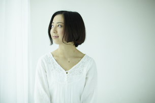 上を見る女性 宮城県仙台市の写真素材 [FYI00497029]