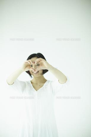 ハートを覗く女性 宮城県仙台市の素材 [FYI00497031]