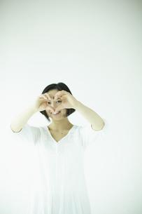 ハートを覗く女性 宮城県仙台市の写真素材 [FYI00497031]