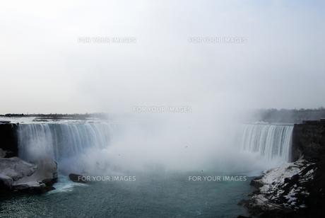 冬のナイアガラの滝の写真素材 [FYI00497065]
