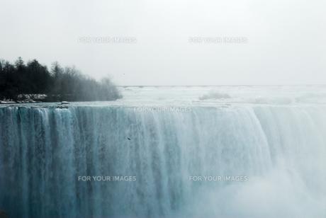 冬のナイアガラの滝の写真素材 [FYI00497068]