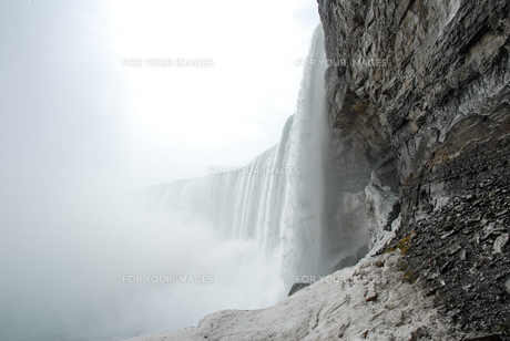 冬のナイアガラの滝ー滝の下の展望台からの写真素材 [FYI00497069]