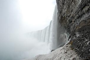 冬のナイアガラの滝ー滝の下の展望台からの素材 [FYI00497069]