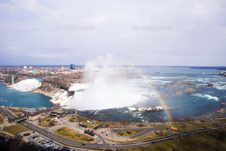虹がかかる冬のナイアガラの滝の写真素材 [FYI00497079]
