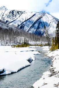 冬のカナディアン・ロッキー クートニー国立公園の川と山並みの写真素材 [FYI00497136]