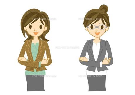 スーツを着て腕を組む女性の素材 [FYI00497153]