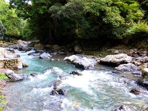 岩をすり抜けて流れる水の写真素材 [FYI00497209]