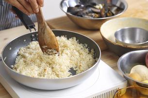 米を炒める女性の手元の写真素材 [FYI00497254]
