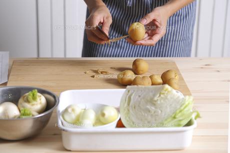 ジャガイモの皮をむく女性の手元の素材 [FYI00497261]