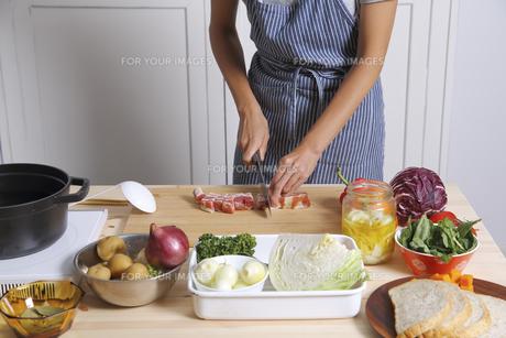 ベーコンを切る女性の写真素材 [FYI00497264]