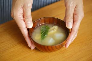 味噌汁を置く女性の手の写真素材 [FYI00497272]