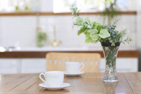 テーブルにある2つのカップの写真素材 [FYI00497289]
