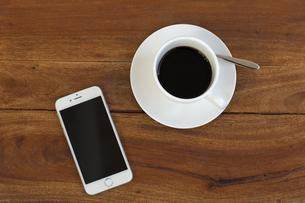 スマホとコーヒーカップの写真素材 [FYI00497290]