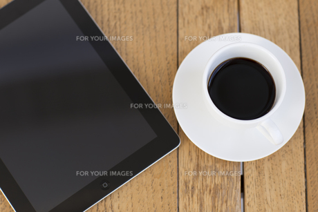タブレットとコーヒーカップの写真素材 [FYI00497293]