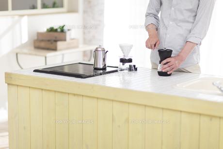 キッチンでコーヒーを入れる男性の素材 [FYI00497312]