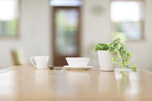 食卓に並んだコーヒーカップの写真素材 [FYI00497324]