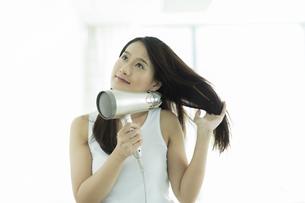ドライヤーで髪を乾かす若い女性の素材 [FYI00497349]