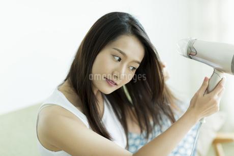 ドライヤーで髪を乾かす若い女性の素材 [FYI00497353]
