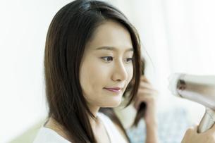 ドライヤーで髪を乾かす若い女性の素材 [FYI00497363]