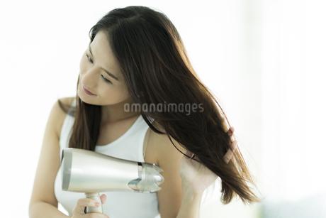 ドライヤーで髪を乾かす若い女性の素材 [FYI00497364]