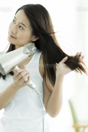 ドライヤーで髪を乾かす若い女性の素材 [FYI00497370]