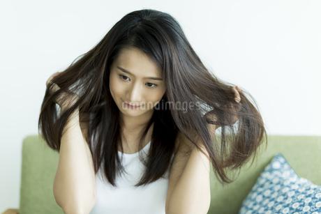 髪を触る若い女性の写真素材 [FYI00497385]
