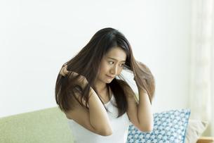 髪を触る若い女性の写真素材 [FYI00497389]