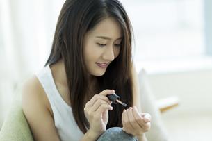ネイルをする若い女性の写真素材 [FYI00497390]