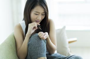 ネイルをする若い女性の写真素材 [FYI00497391]