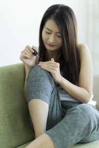 ネイルをする若い女性の写真素材 [FYI00497394]