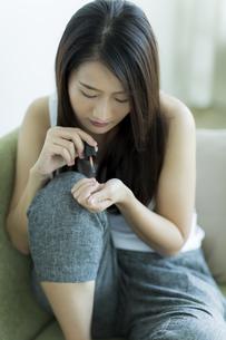 ネイルをする若い女性の写真素材 [FYI00497395]