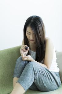 ネイルをする若い女性の写真素材 [FYI00497396]