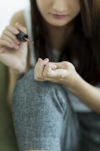 ネイルをする若い女性の写真素材 [FYI00497397]
